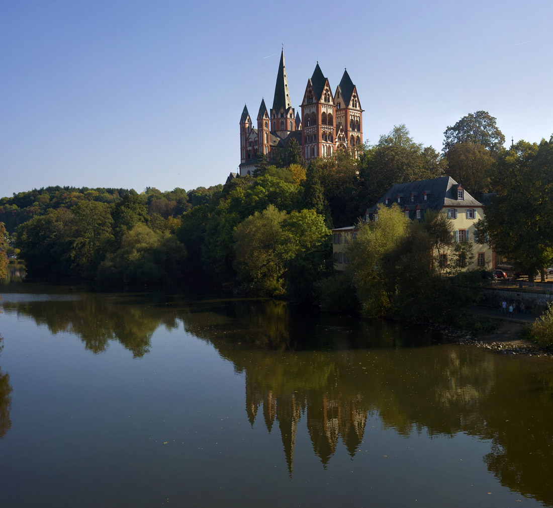 德国罗曼时代著名教堂之一-Limburg Dom Limburg的大教堂是晚期罗曼和早期哥特式建筑的混合。始建于公元910年。长54.5米,宽35.4米。西侧正门处立面高度达37米,西侧面为双塔型建筑。此类结构在莱茵来地区的其他城市也多见。最高的中塔达66米,是1774年改建时增高了6.5米所致。南侧的结构和塔,于1863年最后完成。整个教堂大致依西侧正门立面,南侧殿,圣坛和横殿,唱诗班,北侧面的次序分四个阶段完成。在最后的建造阶段,已结合了早期哥特建筑的诸多元素。尤其是Reims的教堂结构,已经Limb