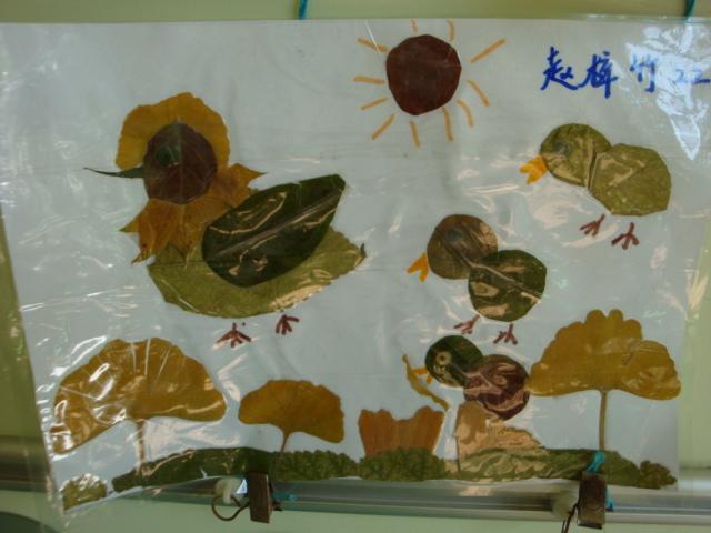 帮孩子用树叶粘贴小鱼