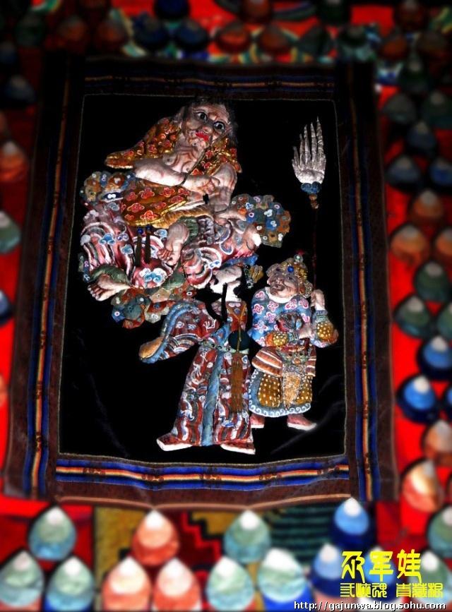 关于塔尔寺和塔尔寺的艺术三绝(堆绣、壁画、酥油花)的介绍文字已经很多了,我在这里也不做多的重复了。 2009年,乘春节回家之际我去趟塔尔寺逛了2小时,在和大经堂的喇嘛交谈征得同意后,用我那小小的卡片机抓拍了几张那早已失传几百年的十八罗汉堆绣。可以说我是几乎没有什么摄影技术的,上大经堂内的光线很昏暗,再加上进进出出的游人很多,不能长时间在禁拍区活动,所以拍摄的也只能是如下效果给大家看看,只为了解。 在这里需要提醒的一个小误区是:堆绣一般分为用锦缎填充羊毛或棉花缝制的立体堆绣和按图案裁剪后粘贴的平面堆绣。一