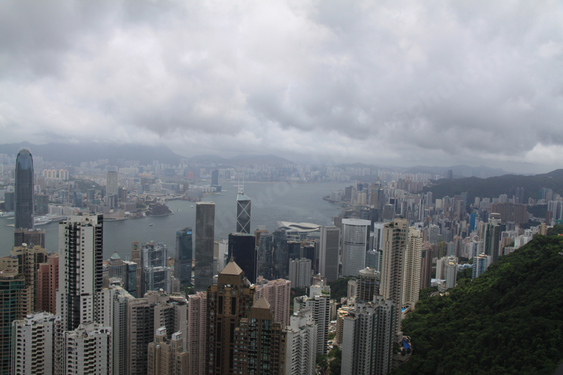 从地铁香港站出来,向南穿过汇丰大楼