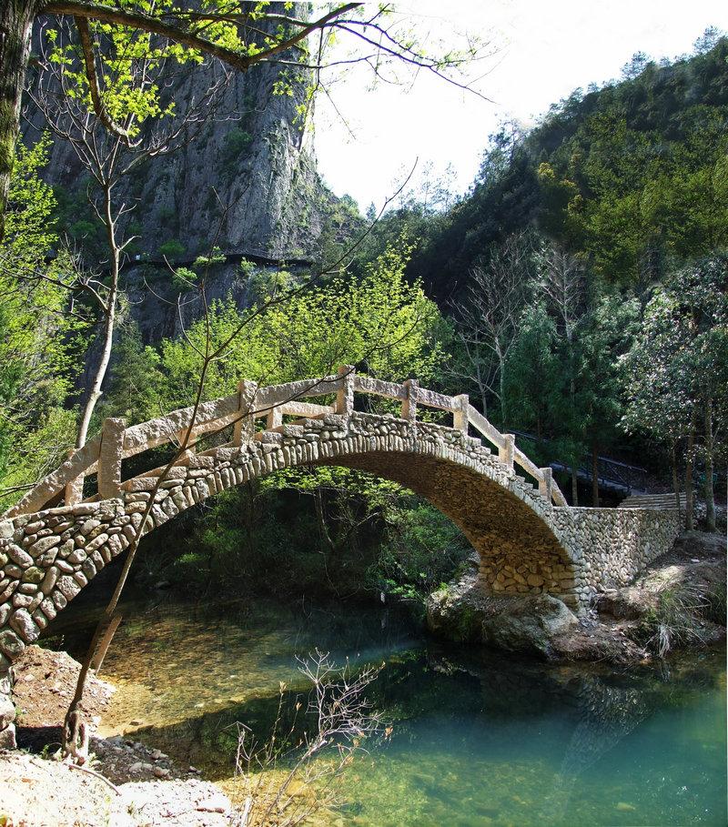 高耸的石拱桥,为景区增色