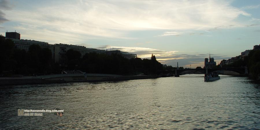 塞纳河梦境之旅从夕阳下的埃菲尔铁塔开始也止于夜色中的埃菲高清图片