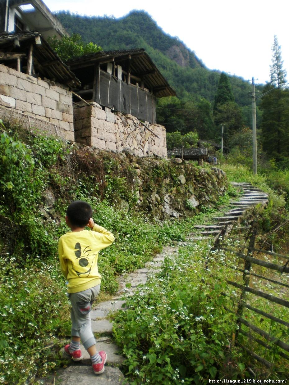 风景区入口外几十米的三叉路口向右,一条蜿蜒的乡间公路就通往黄山村