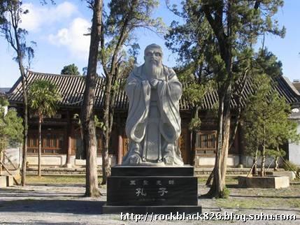 鹤庆一中孔子像为石制雕像