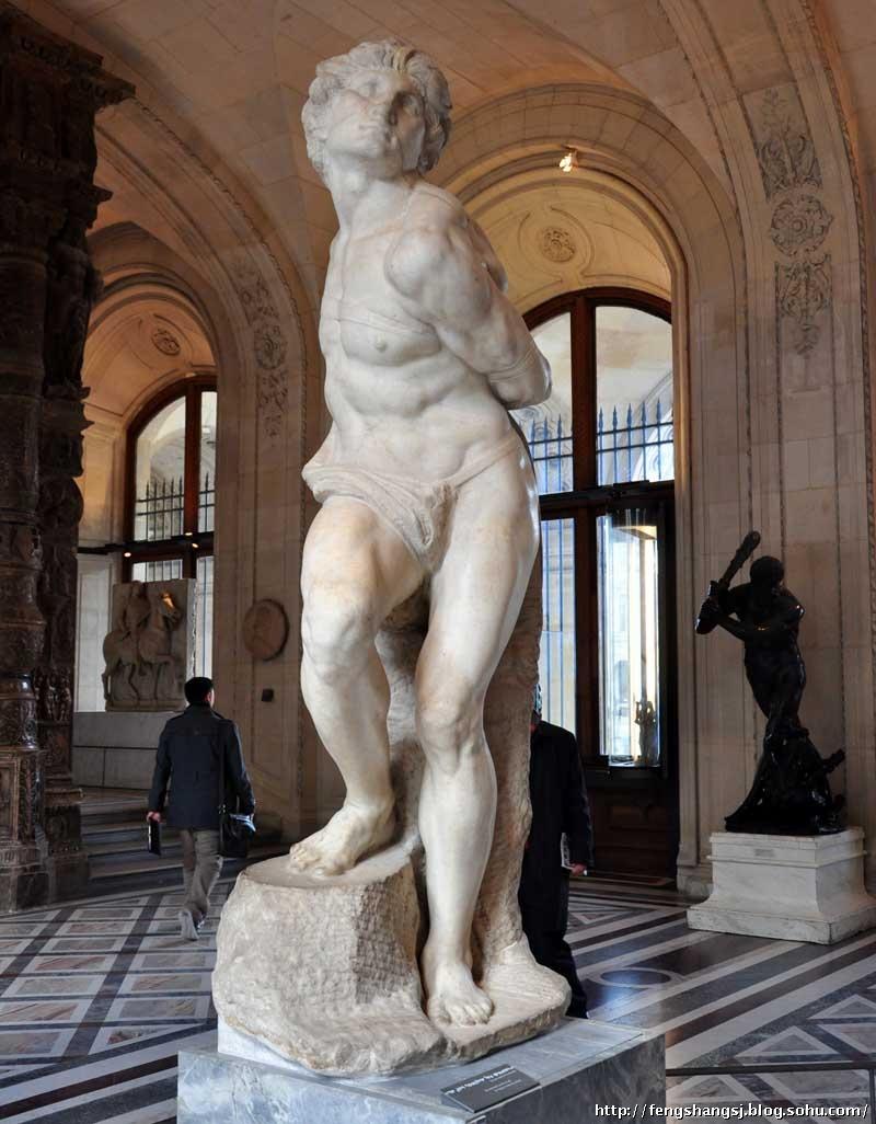 《垂死的奴隶》与《被缚的奴隶》是用来装饰陵墓的。在中世纪意大利,统治阶级在墓前立奴隶像是象征死者的权威。显然,这是沿袭罗马纪念碑常用囚犯作装饰的惯例。米开朗基罗为发泄他对统治者的抗议,把奴隶雕成渴求解放而不可得的两个青年壮汉,他们具有力士般健美的体魄 由于种种原因,这两尊奴隶雕像并没有安放在陵墓前,而是转送给了别人。现在被收藏在法国巴黎的卢浮博物馆内。 意大利在1512~1527年间,不断遭受外族的侵略,先是法国入侵,后又有西班牙军方策划的佛罗伦萨政变。敌人企图消灭新兴城市共和国,重新召回被人民赶走的银行