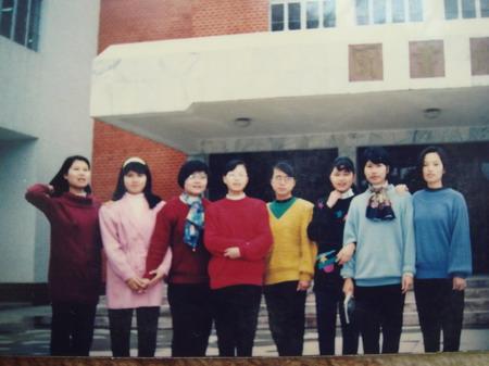 90年代初的校园,流行宽大的上衣,细脚伶仃的健美裤,人脚