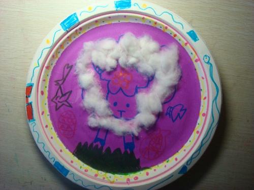 幼儿园根与芽的作品.箫在纸盘上画的.小羊的毛是用棉花粘在盘子上的.