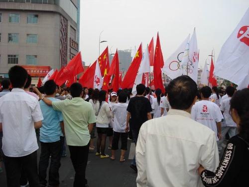 现场还有很多小孩子,脸上画着国旗,手里摇着红旗,显示了温州市民对
