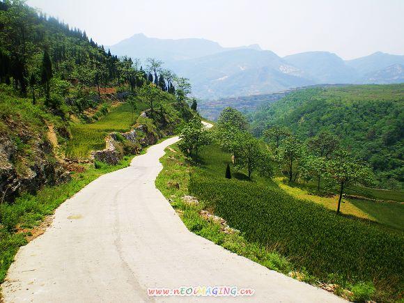 由蟒川乡木厂村向南延伸至鲁山县境内