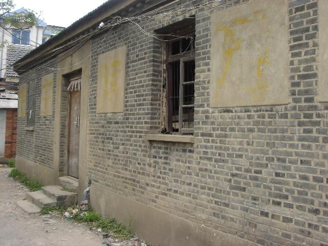 ...屋子已经近乎废弃残檐破壁!   这栋青砖的垒砌的房子现在已...