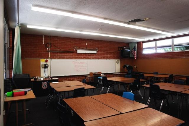 美国/2、学校门口的旗杆上悬挂着美国国旗和加利福尼亚州州旗。美国是...