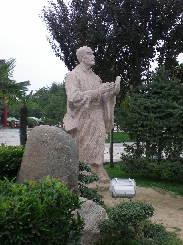 大雁塔旁有一处陕西民俗公园,陕西十大怪雕塑,很有特色,神态各异,活灵