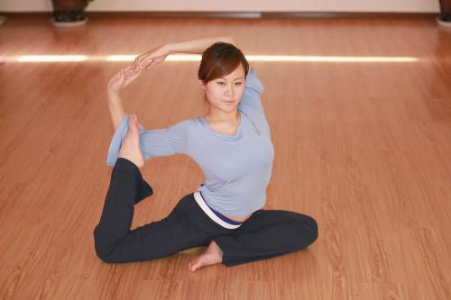 鸽子式是瑜伽中经典体位之一,很多练习者都希望能够将鸽子式完成的及图片