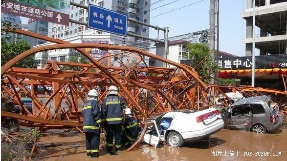 凤城一路十字利君v时代建筑工地塔吊倒塌&#65292