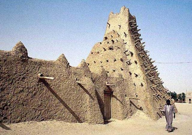 津加里贝尔清真寺的金字塔状平头光塔在市区以外也