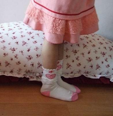 小女孩穿着裙子