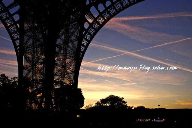天空已经足够暗了,剪影一般的铁塔在晚霞的映衬下,显得更加的像蕾丝