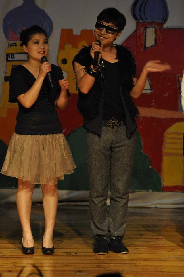"""11月16日晚6时,作为第七届校园文化艺术节的重要活动,由中国美术学院学生会自编自导自演的第四届""""王子公主未眠夜""""文艺晚会拉开了序幕。童话般梦幻的舞台,耀眼的灯光,动人的音乐交织在一起,映射在台下每一位观众的笑容上,灯火辉煌的小剧场随着飞扬的青春旋律,放射出了激情的光芒。院团委书记竺照轩,原院学生会主席等共同观看了演出。 一开场,几位青春靓丽的美少女美少男就为大家带来了一场激情四射的舞蹈,给大家带来了不小的震撼;随后学生会办公室的小品则更是让全场观众沸腾的导火索,引起了观众一阵又一"""