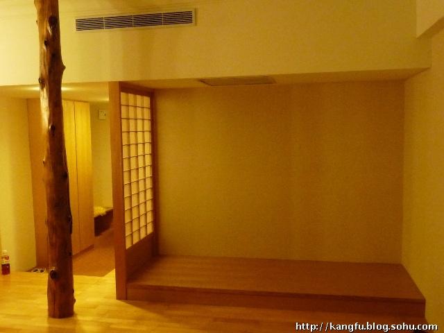 木地板垫高了房间,让房间高度降下来