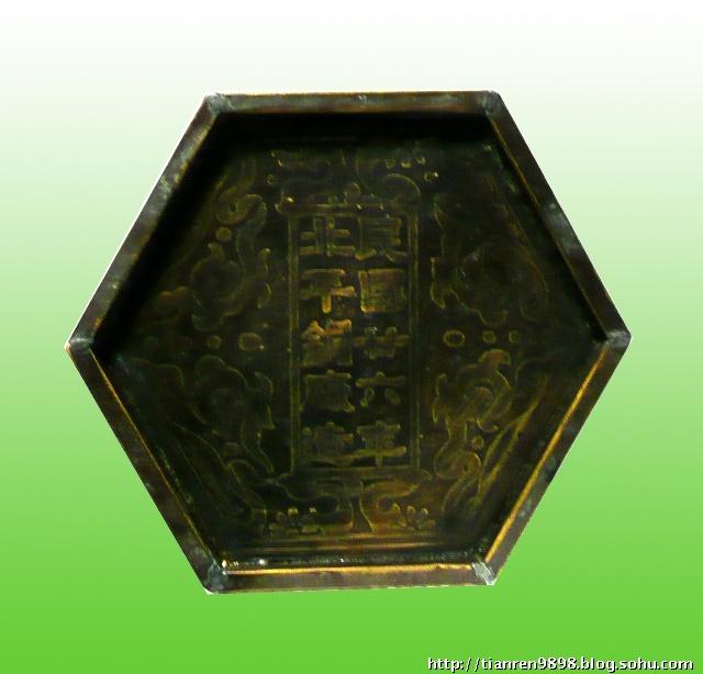 主体铜皮结构,橱窗框架设计,内壁铜皮,边框有滚压花纹,六方镶嵌玻璃