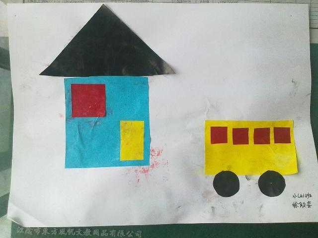 这是徐殷姿的作品。想象力非常的好,能够自己完成一幅简单的作品,在季老师的帮助下,这个小房子和小汽车更加地漂亮了,只是这是她第一次作品,没注意到涂浆糊的地方,弄花了白纸。 接下来的一段时间,我们会主要围绕这些图形让幼儿进行巩固,在家里,爸爸妈妈也可以跟宝宝一起来找一找这些图形,吃饼干的时候,可以问他们:这个饼干是什么形状的?观察门和窗,考考他们是什么形状的。前几次的活动中,发现孩子们对于三角形这一形象的认识还不是很深,家长们可以多选择一些三角形让他们来说一说。
