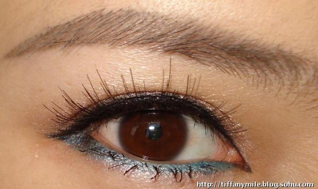 用欧莱雅的黑色眼线笔画出一条流畅的上眼线和下眼线的一半儿. 3.