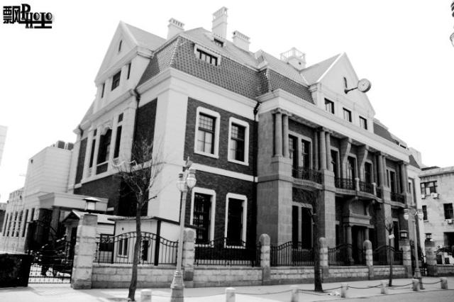 中法工商银行大楼    中法工商银行大楼是天津租界时期留存下来的重要建筑之一。1919年到1920年,中法实业银行在天津开设分行,地址位于天津法租界大法国路(中街)南 端的114号(今和平区解放北路74-78号),隔圣路易路(今营口道)与英租界相望。由于英、法租界的中街有所错位,这幢建筑遂成为英租界维多利亚道的 对景。中法实业银行在1921年停业,1925年改组为中法工商银行继续营业。   天津中法工商银行大楼是一撞四层大楼,体量较大,建筑面积6240平方米。平面设计为弧形,一、二层为两层高的科林斯柱