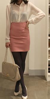 丝袜高跟射狼_白色半透明衬衫-浅红色直筒裙为亮点-深灰色内衣及丝袜-米白色高跟鞋