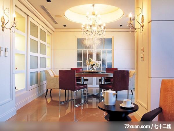 1楼为客厅、餐厅及厨房,如同国外大宅正式客厅的规划,空间风格则走向华丽的美式新古典,以装饰线板、卡布其诺大理石、水晶灯饰搭配简洁线条的家具,让人一进门就能感受到大宅的气势。  设计师在规划时,以2户的空间概念做配置,除了各自独立的主卧、书房外,还规划了双玄关、双客厅、双餐厅、双厨房等等,2户之间只用拉门做区隔;在空间风格走向上,空间使用者希望能有不同的走向。  以连结上下水平空间的楼梯为中心点,将客厅与餐厅做自然的区隔,将餐厅旁的房间规划成书房,并用玻璃落地门与餐厅连结,维持空间的开阔性同时也引进了来自书