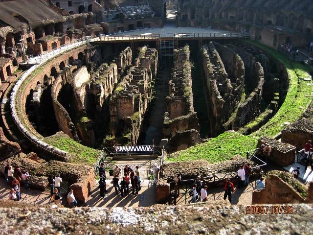 竞技场从外面看是一道圆形的高墙.