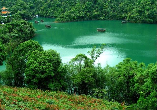 但位于端州古城肇庆的鼎湖山风景区虽然很近