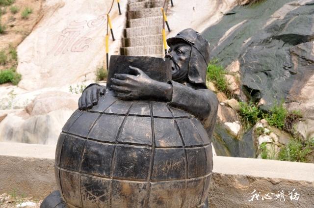 怀抱地雷的日本鬼子雕塑