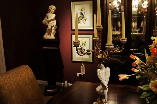 其实欧式家具除了家具本身的鲜明风格,配饰特别重要。我还记得那时候老妈设计的一套房子,西班牙樱桃木还有镀金的茶几。餐桌上烛台花篮餐具餐布,其实家饰品加在一起的价格不一定比家具便宜。想想老妈的风格应该很传统欧洲,我的风格就很时尚变奏了。所以这个新系列我也很爱,很适合70-80年代的人,家里温馨浪漫又不沉闷,特别是经济条件也不错刚刚结婚的人们,绝对适合呀!