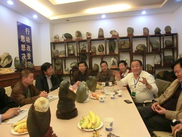 陜西省風景園林協會會長楊慶福興致勃勃地看完展覽后