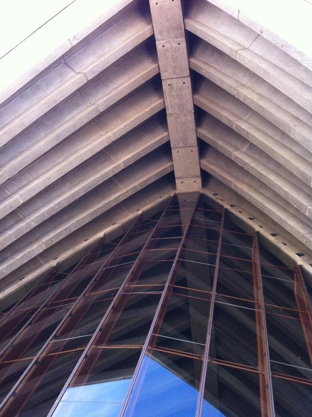 不装修的悉尼歌剧院与豪装航空母舰
