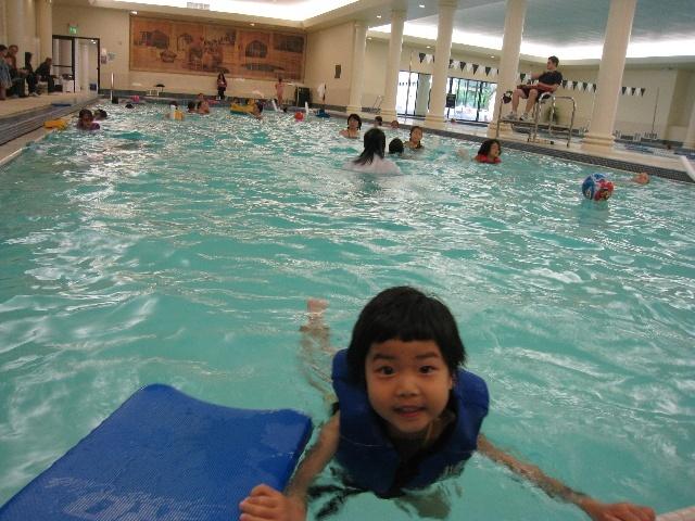 5. Redmond Pool也是泳池最浅的地方,5岁小孩子没法自己站。水温虽然稍有些低,但淋浴水温很高,所以游完泳洗个热水澡非常舒服。泳池和淋浴、厕所也都很近,洗澡设施和Bellevue Aquatic Center一样,是共享、不是单独的小隔间。但认识的人没有在这里上过游泳课,所以不知道怎么样。 http://www.