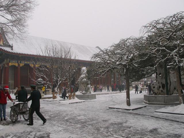 的工作人员正在扫雪-颐和园雪景照片图片