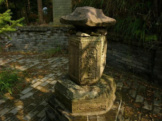 山坡旁边有一个像亭子的小塔,传说这里是放和尚舍利子的地方.