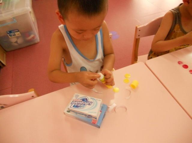幼儿园里的手工制作现场--贴图,小汽车,画画