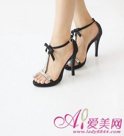 简约的黑色细跟高跟鞋   优雅魅力十足的黑色细跟高跟鞋,适合各种场