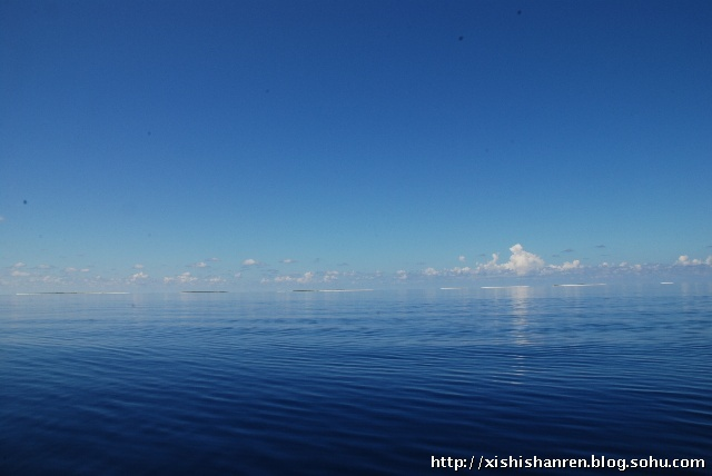 二,深海:与云共融,深浅相错,海鸥飞翔的蔚蓝之地.