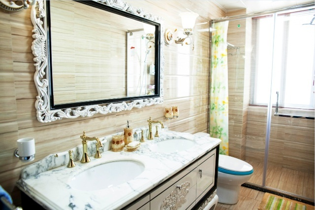 8,卫生间墙面的访石材砖和欧式大气的浴室柜相结合,每个空间完全不一